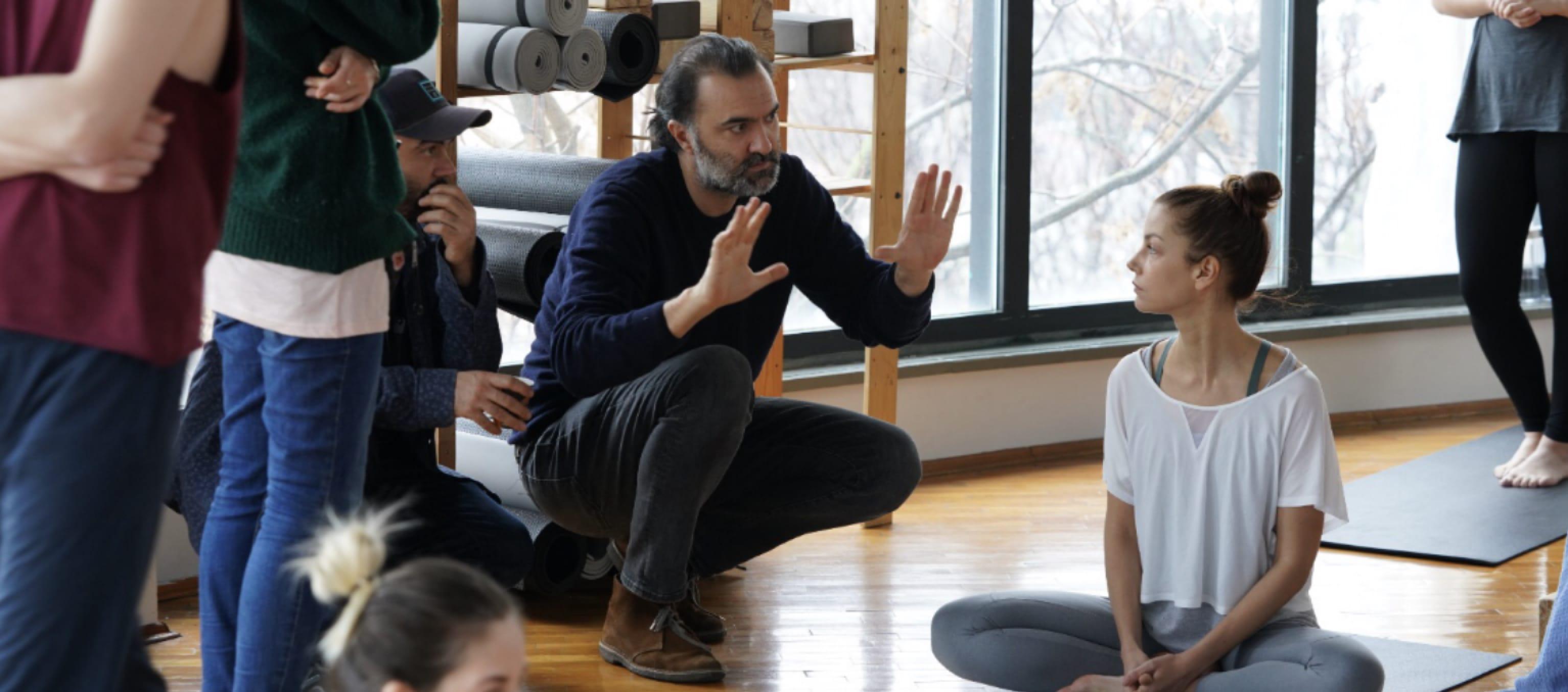 Yazar-yönetmen Berkun Oya bir sahne çekmeye hazırlanırken elleriyle çerçeve işareti yapmış çömeliyor. Peri'nin yoga stüdyosunda olduğu bir sahne. Peri, bağdaş kurmuş bir şekilde yoga matının üzerinde oturuyor.