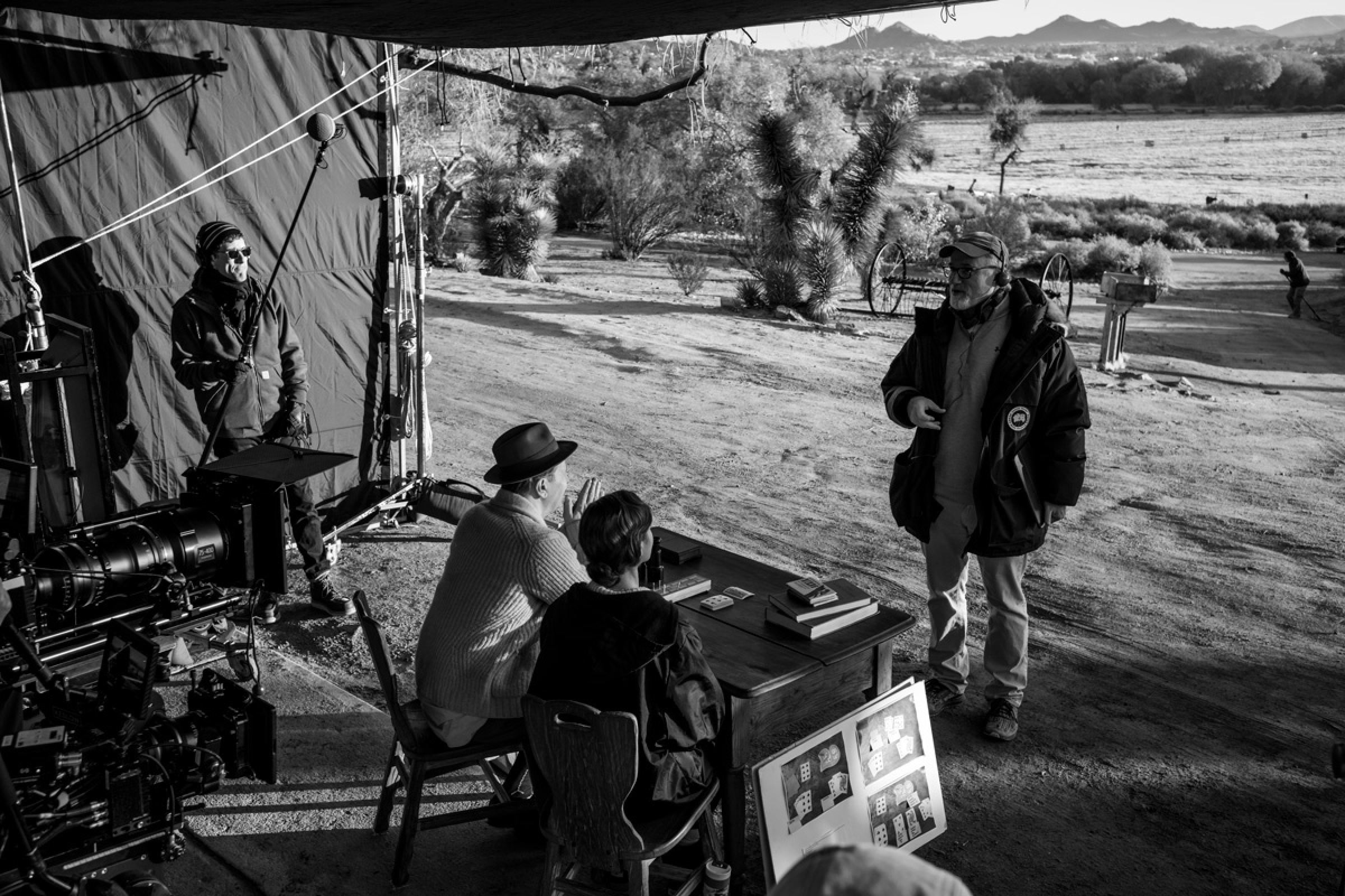 Fincher stands in front of a desert backdrop, across a small desk where Oldman and Collins are seated in costume as Herman Mankiewicz and his secretary, Rita Alexander.
