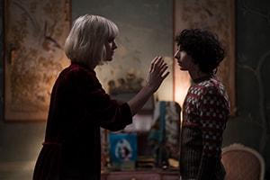 Mackenzie Davis and Finn Wolfhard in The Turning (2020 Movie)
